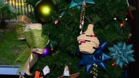 Animal Kingdom Lodge Kidani Christmas Characters and Christmas Decor (14)