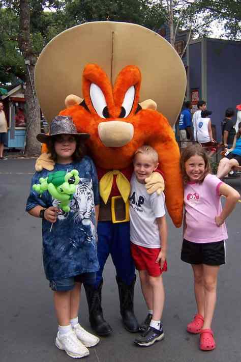 Meeting Looney Tunes And Dc Comics Characters At Six Flags