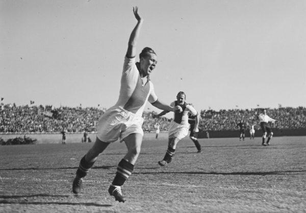Rinus-Michels-rent-juichend-weg-nadat-hij-voor-Ajax-heeft-gescoord-tegen-HBS-1949