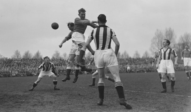 Moment de jeu du derby régional de Tukkerse entre Enschede-Boys-and-Heracles-1950