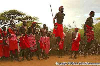 Masaïs qui sautent à Lewa downs au Kenya - Ethnie groupes ethniques Masaï
