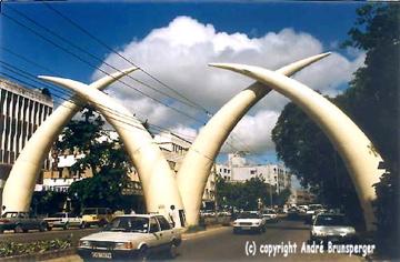 Vous arrivez à Mombasa au Kenya - Défenses d'éléphants à l'entrée de Mombasa