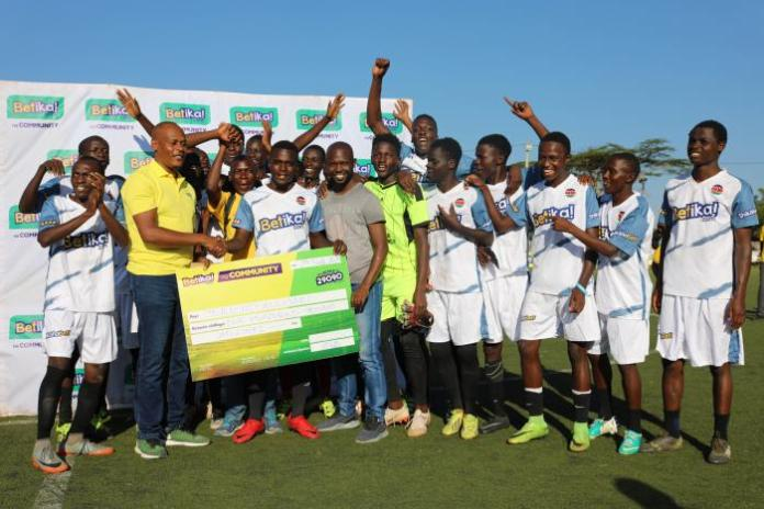 Betika's Head of Commercial John Mbatiah (second left) when he presented Kibera Blackstars with a cheque for Ksh 100,000 at the Camp Toyoyo grounds on Friday, February 7, 2020.