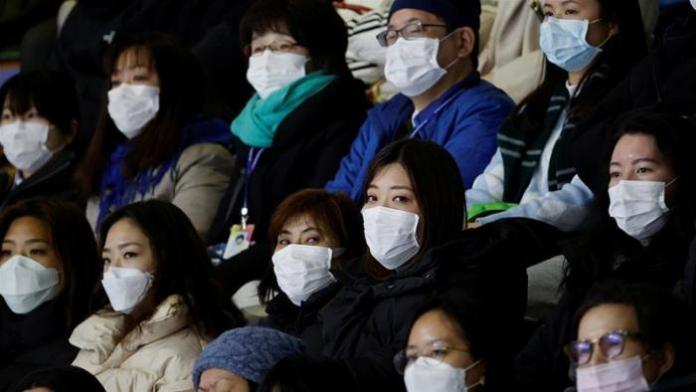 Chinese citizens wearing masks