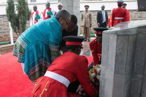 Prseident Uhuru Kenyatta and Margaret Kenyatta laying Flowers at Mzee Jomo Kenyatta's Grave