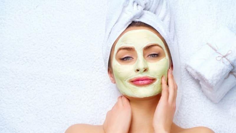 Masker Pemutih Wajah Yang Bagus Perempuan Memakai Masker Wajah