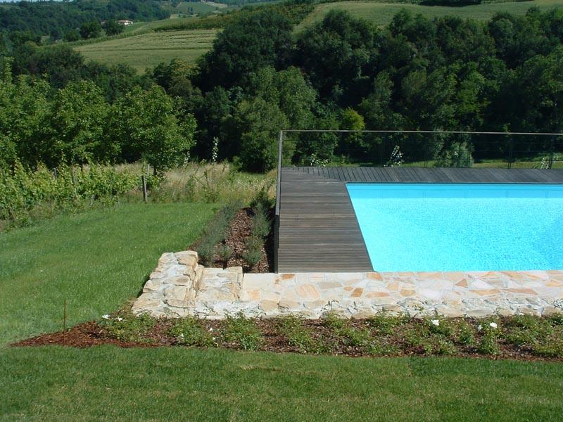 La piscina affacciata sul paesaggio