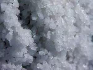 gros sel fleur de sel 300x225 Santé: Voici 3 astuces pour blanchir les dents