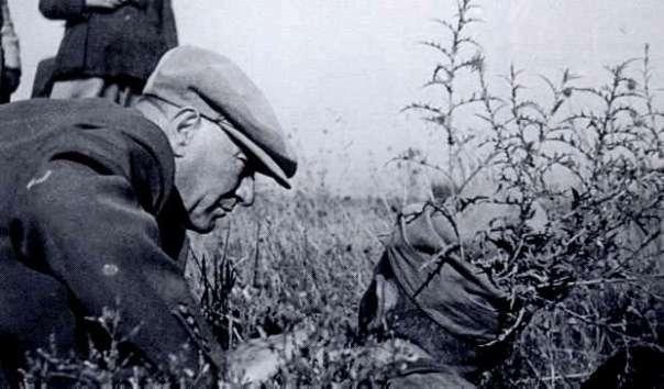 Cumhurbakan_Atatrk_siperdeki_bir_Trk_askeri_ile_birlikte20_Austos_1937