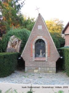Op de hoek van de Stationsstraat en de Groenstraat staat de kapel van O.L.Vrouw van Vlaanderen.