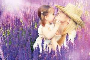Mama mit Kind im Lavendelfeld