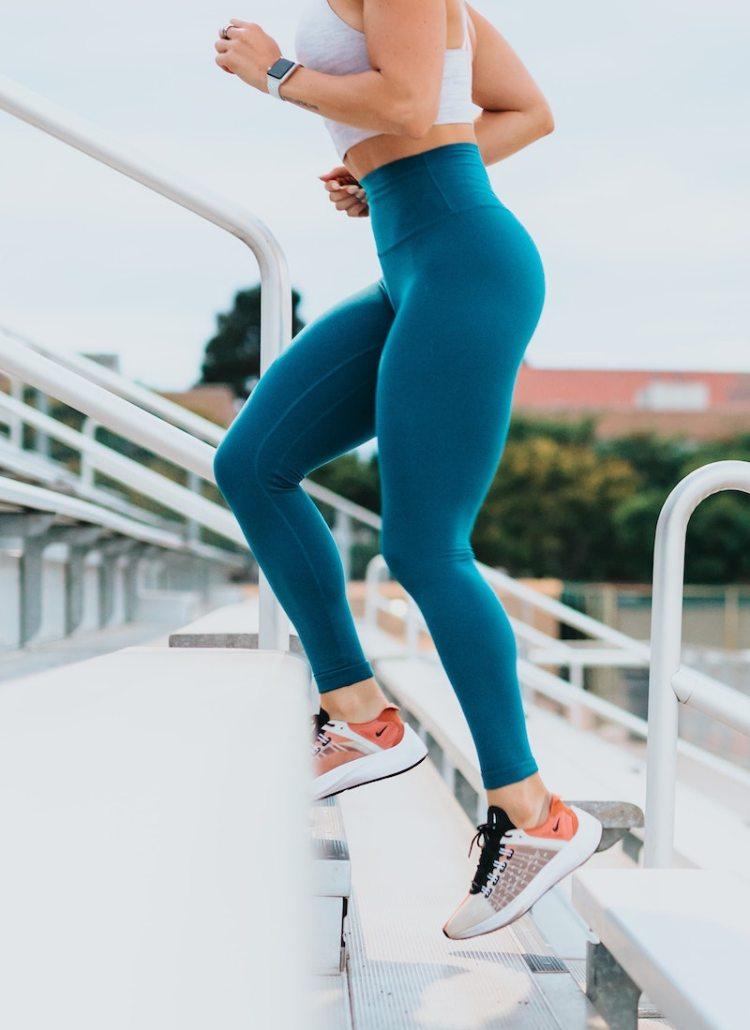 Um mir meinen persönlichen Homeworkout Trainingsplan zu schreiben, habe ich mich durch einen Dschungel an Online Fitnessklassen geklickt und die besten für euch in diesem Post gesammelt.