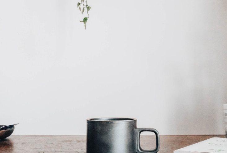 Du arbeitest seit kurzem von zuhause aus? Mit diesen Tipps und Tricks steigerst du deine Produktivität im Home Office und arbeitest gesünder und effizienter!