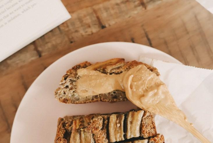 Mein liebstes veganes Bananenbrot kommt ganz ohne Zucker und Mehl aus, ist in nur 10 Minuten fertig und ein leckeres gesundes Frühstück.