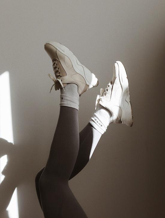 Weiße Sneaker sind aus meiner Garderobe nicht mehr wegzudenken. Egal ob mit sommerlichen Kleidern oder lässigen Jeans - Sneaker passen immer.