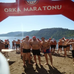 Yarıştan önce Cebelitarık boğazını ilk kez yüzerek geçen Emre Seven (ortada) ile beraber