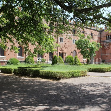 Castello di Brolio, kert a neogotikus kastélyépület előtt