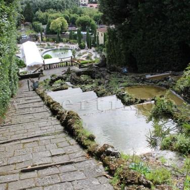 Gardino Garzoni terepépítményei: kerti lépcsősor és kaszkád