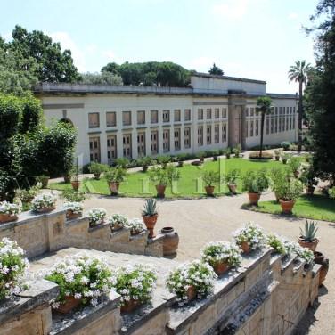 Poggio a Caiano, Villa Medici: az alsóbb, oldalsó teraszkert, a kerti lépcső a limonaiához és a medencét körülölelő díszkerthez vezet