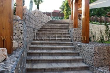 Íves kerti lépcső gabion fallal kísérve