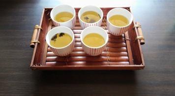 奉茶 (by Chieh-Ting Yeh)