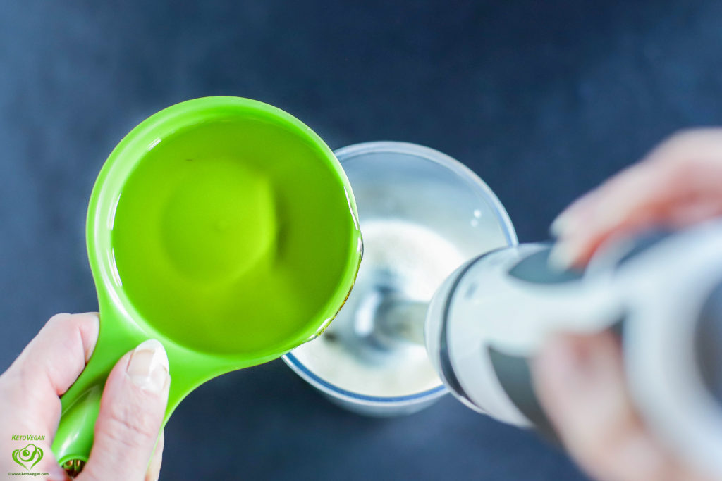 Adding olive oil | keto-vegan.com