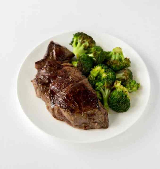 Grilled steak and broccoli