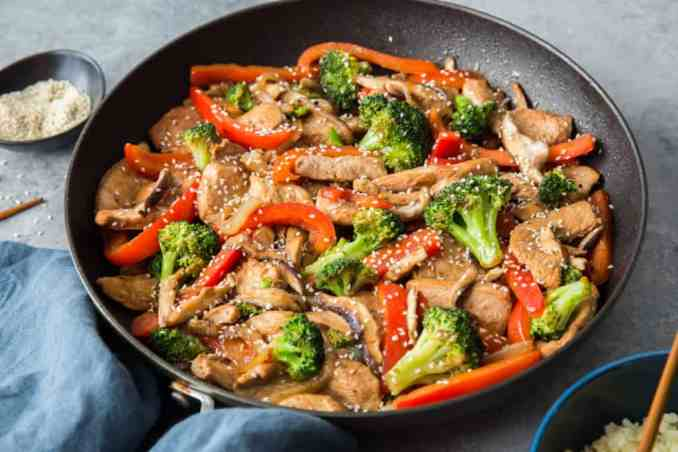 keto chicken stir fry ready to serve and topped with sesame seeds.
