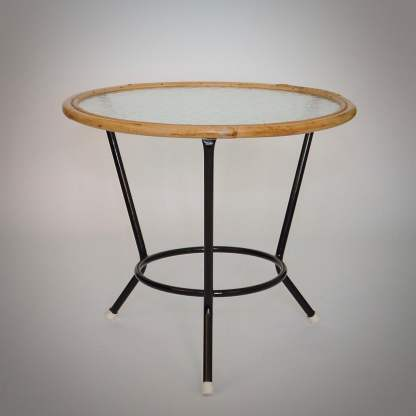 Rotan tafel van Rohé Noordwolde met buisframe onderstel en wolkglas tafelblad