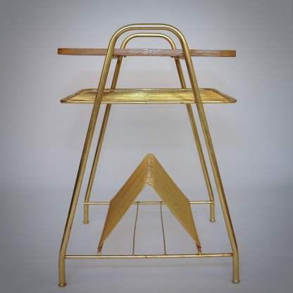 Unieke tafel met goud kleurig frame en houten blad