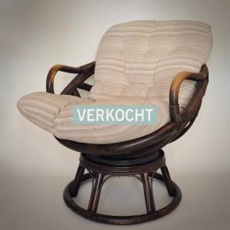Rotan fauteuil. Vintage draaifauteuil. Comfortabele jaren 70 stoel of zitstoel.