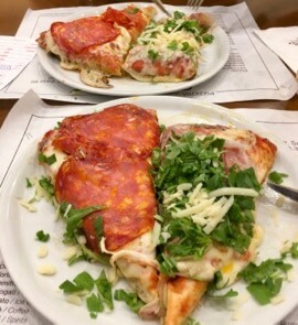 Two slices of pizza to share: Key for how to eat in Italy and beyond – share and sample twice as much!  ©KettiWilhelm 2017