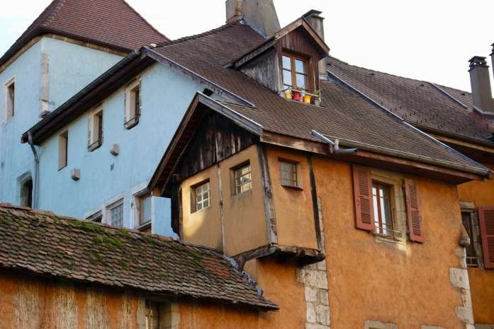 Old houses with roofs at off angles in Annecy, France, houses in which people probably use pink French toilet paper. ©KettiWilhelm2018