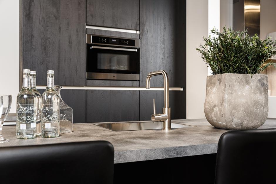 Moderne houten keuken met luxe Etna apparatuur