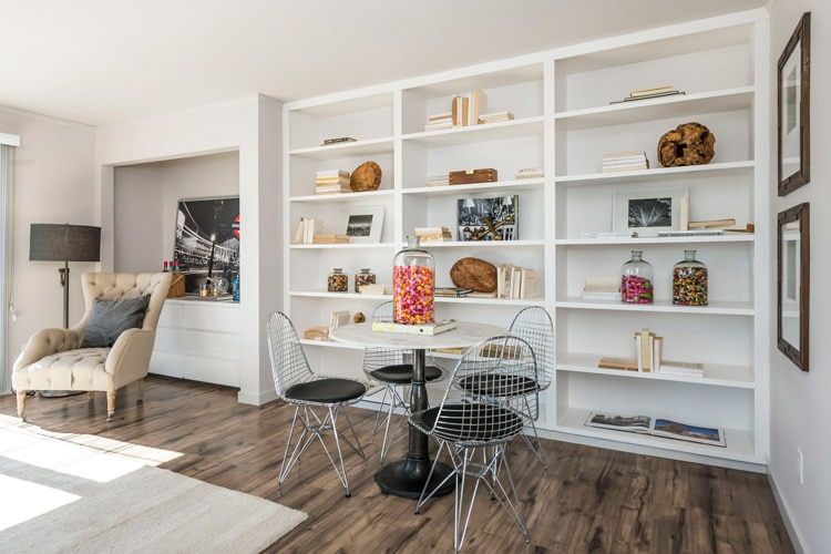 10.-familyroom_builtins