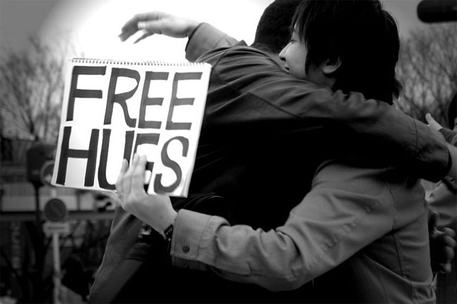 Smile at 100 strangers and Join a Free Hugs Campaign
