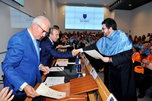Juan Jesús Velasco recogiendo diploma graduación MBA