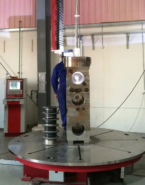vertical weld overlay cladding system for valves