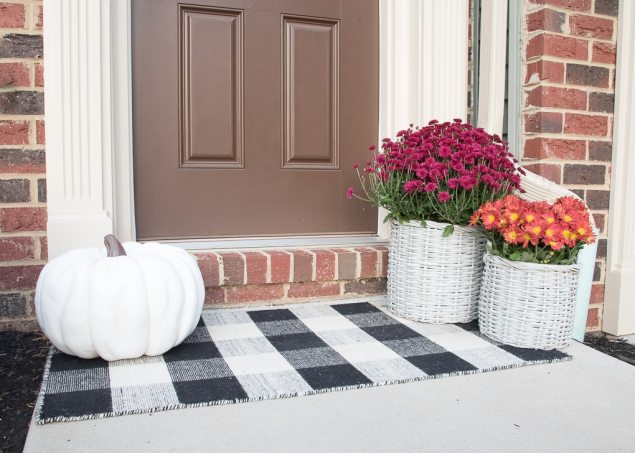 A simple and modern fall front porch. Decorate your front door for fall with gorgeous flowers and seasonal pumpkins.