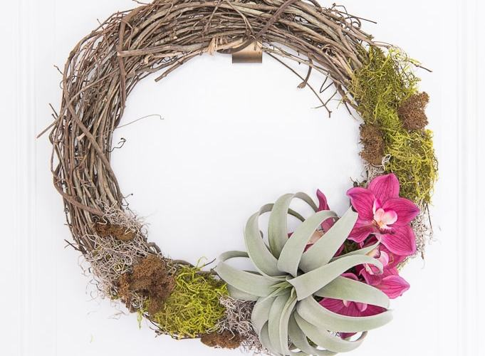 Looking for an easy craft project? You'll love this easy DIY air plant wreath! This project is really simple but looks amazing once it's finished. It's a perfect wreath for summer.