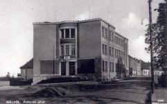 Budova mělnické pošty v Tyršově ulici otevřena 28.října 1937, postavena podle projektu architekta Antonína Ausobského mělnickým stavitelem Dolejším, v letech 1977-2000 prošla budova pošty rekonstrukcí a modernizací.