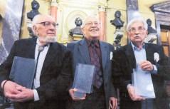 Vítězslav Houška (uprostřed) ve vynikající společnosti při předávání cen Ferdinanda Peroutky