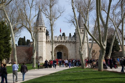 Gate-of-Salutation-and-First-Courtyard-Topkapi-Palace-Istanbul-Turkey