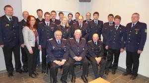 Gemeindebrandmeister Horst Busch (links) mit den Geehrten und Beförderten der Feuerwehr Hohne