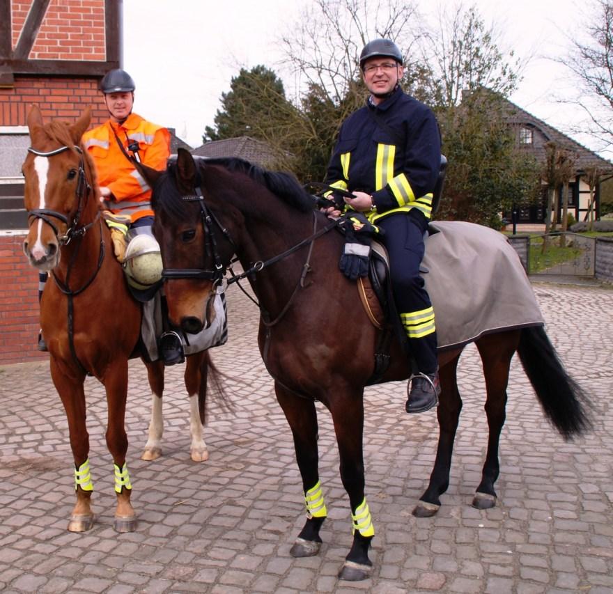 Der stellvertretende Kreisbrandmeister Dirk Heindorff (rechts) auf Detti und der stellvertretende Ortsbrandmeister Henning Bruns auf Eddy beim Anreiten und vor dem ersten Überprüfungsritt durch die Gemarkung Osterloh östlich der Aller.
