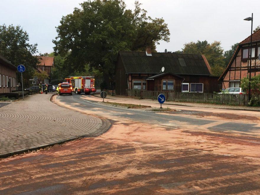 Im Bereich der Kirchstraße, Am Thie und Eicklinger Straße, sowie in der Kantallee und an der Bundesstraße 214 im Bereich der Abfahrt nach Wathlingen mussten die Wathlinger Feuerwehrleute große Flächen der Fahrbahnen mit Ölbindemittel abstreuen und die Gefahrenbereiche absperren. (von Heiko Wendt OF Wathlingen)