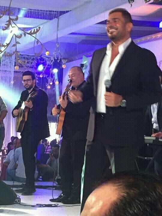 عمرو دياب يشعل الأجواء بأحد الفنادق