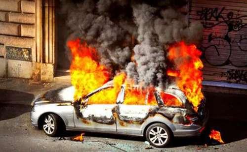 इन वजहों से लगती है कार में आग, इन बातों का रखें ध्यान