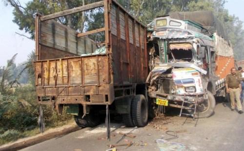 दो ट्रकों में आमने-सामने सीधी भिड़ंत 4 लोग घायल