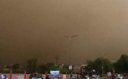 दिल्ली समेत कई राज्यों में तेज हवाओं ने मचाया कहर